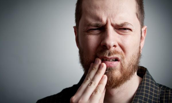 Πονόδοντος: Γιατροσόφια εκτάκτου ανάγκης (μέχρι να πάτε στον οδοντίατρο)