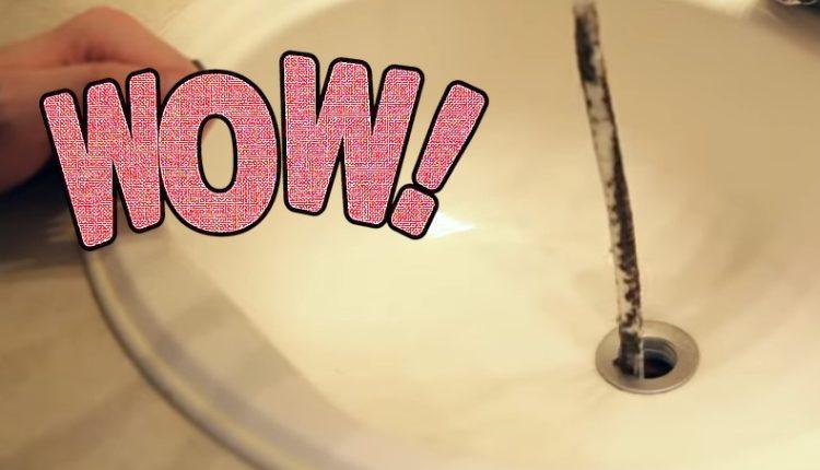 Βάζει μικρό σωληνάκι σε βουλωμένο νιπτήρα… Δείτε το λόγο και θα το κάνετε αμέσως