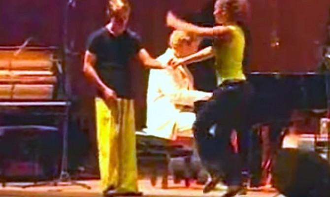 Προσέξτε τα πόδια του άντρα, με το κίτρινο παντελόνι. Μόλις αρχίσει η μουσική, θα μείνετε!