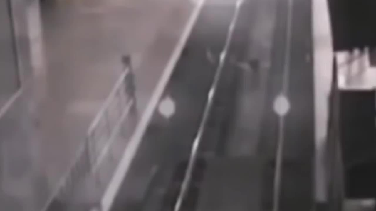 Τρένο φάντασμα εμφανίζεται από παράλληλο κόσμο και προκαλεί πανικό!