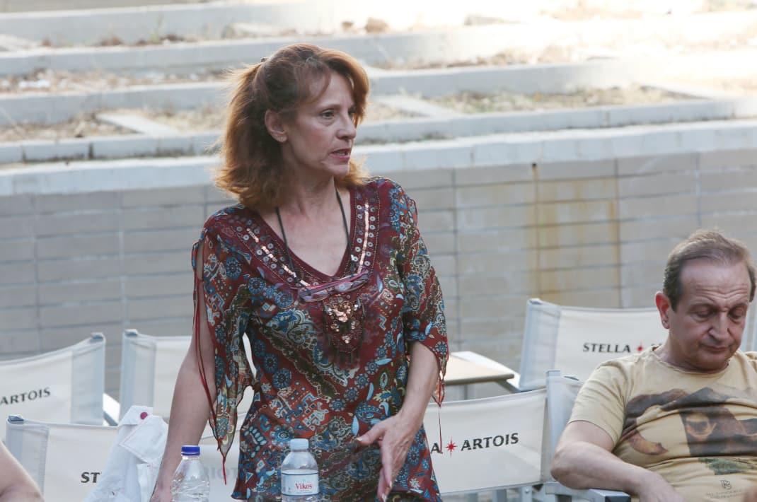 Τέτα Κωνσταντά: Η όμορφη πρωταγωνίστρια της βιντεοκασέτας παραμένει προσεγμένη και σικ στα 57 της χρόνια